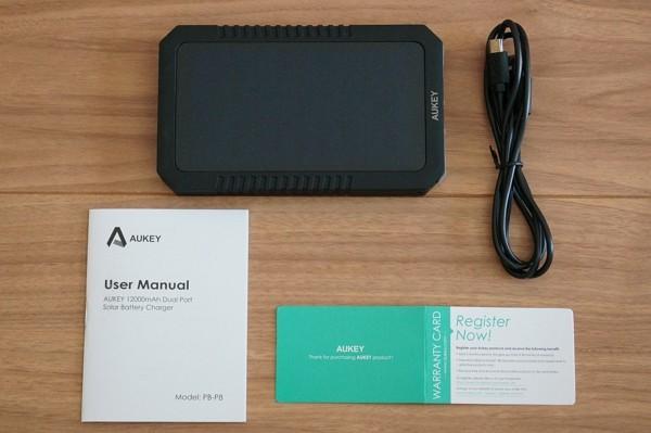 「Aukey ソーラーパネル付きモバイルバッテリー PB-P8」のセット内容