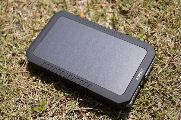 「Aukey ソーラーパネル付きモバイルバッテリー PB-P8」