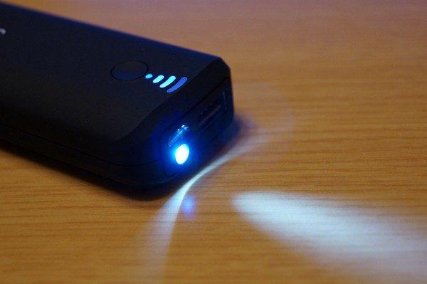 「EC Technology 5200mAh モバイルバッテリー」のLEDライト光量