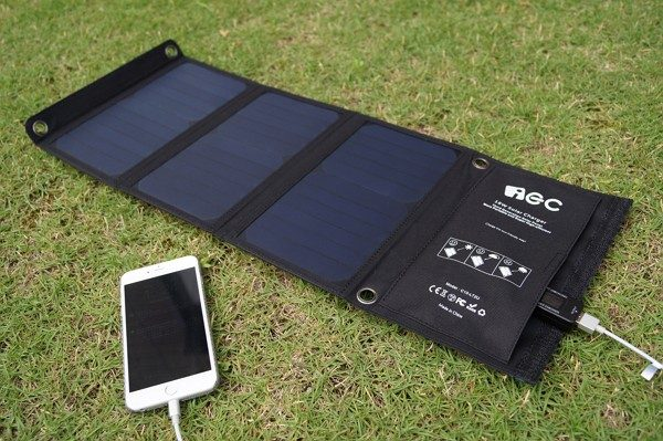 「iEC ソーラー充電器 USBソーラーチャージャー 18W 2ポート」の外観・使い方