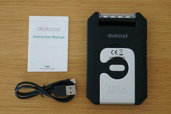 「dodocool ソーラーチャージャー&4200mAhモバイルバッテリー&LEDライト」のセット内容