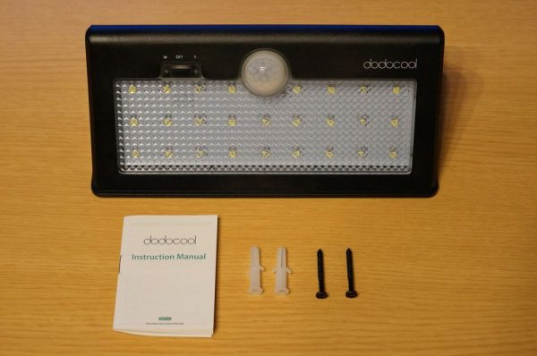 「dodocool 26 LED 防水ソーラーライト 520ルーメン」のセット内容