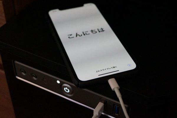 iPhone XをWindows 10やMacにライトニングケーブルで接続する。