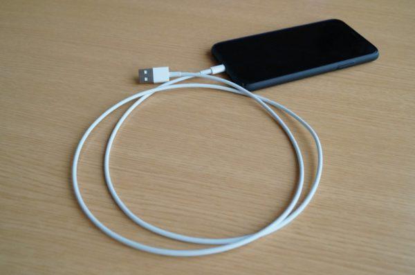 iPhoneにライトニングケーブルを取り付けり付け
