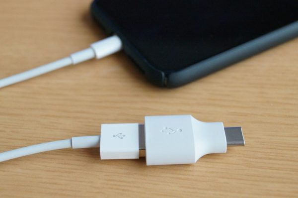 iPhoneのライトニングケーブルに付属の「クイックスイッチアダプター」を取り付け
