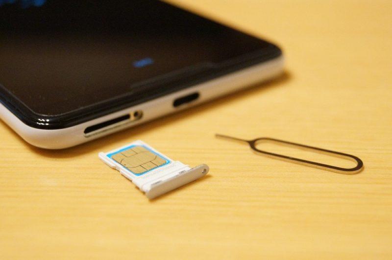 まずは利用中のスマホからドコモのSIMカードを抜く。