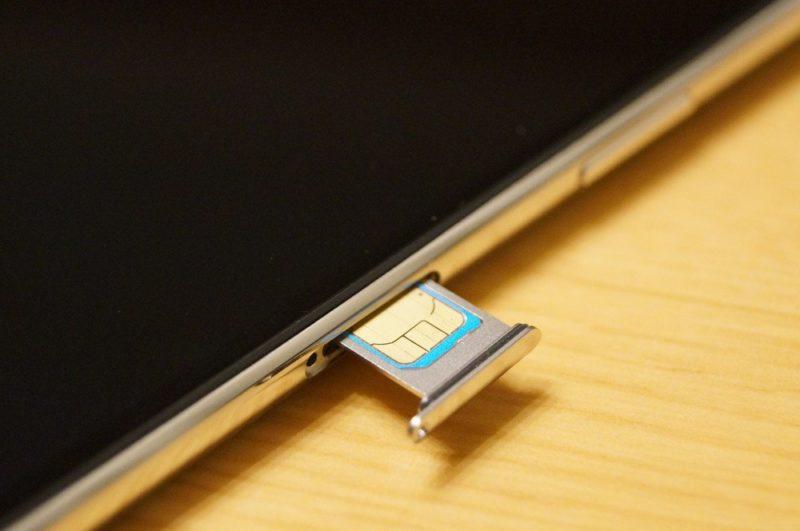 届いた「iPhone 11 Pro Max」のシムトレイを取り外してドコモのSIMカードをセットする