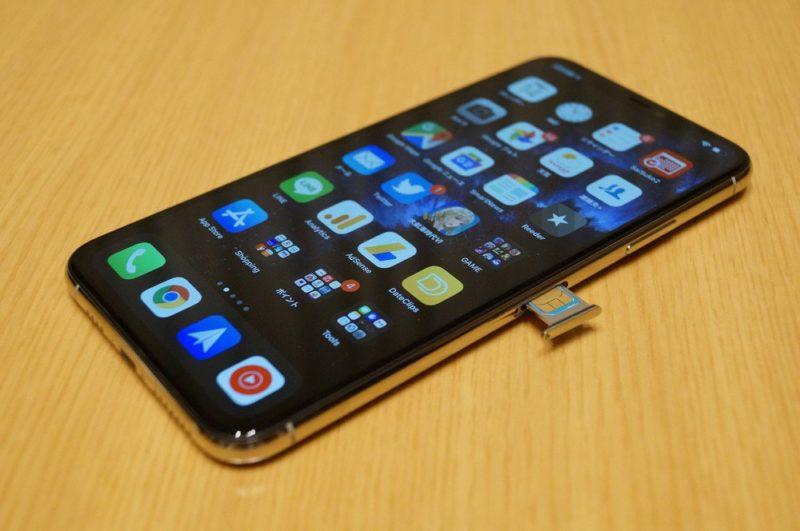 まずはauのSIMカードをiPhone 11 Pro Maxに挿し、メール/SMSの設定などを行う。
