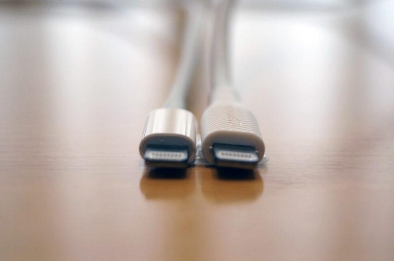 「Amazonベーシック USB-C ライトニングケーブル」と「Apple純正 USB-C ライトニングケーブル」の外観比較