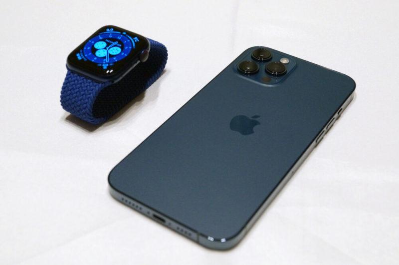「Apple Watch Series 6 ブルーアルミニウムケース」と「パシフィックブルー」の色合いは結構異なる。