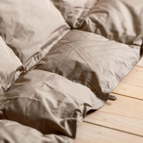 掛け布団には西川の「ホワイトダウン85% 羽毛こたつ掛け布団」をチョイス。軽さと暖かさに大満足!