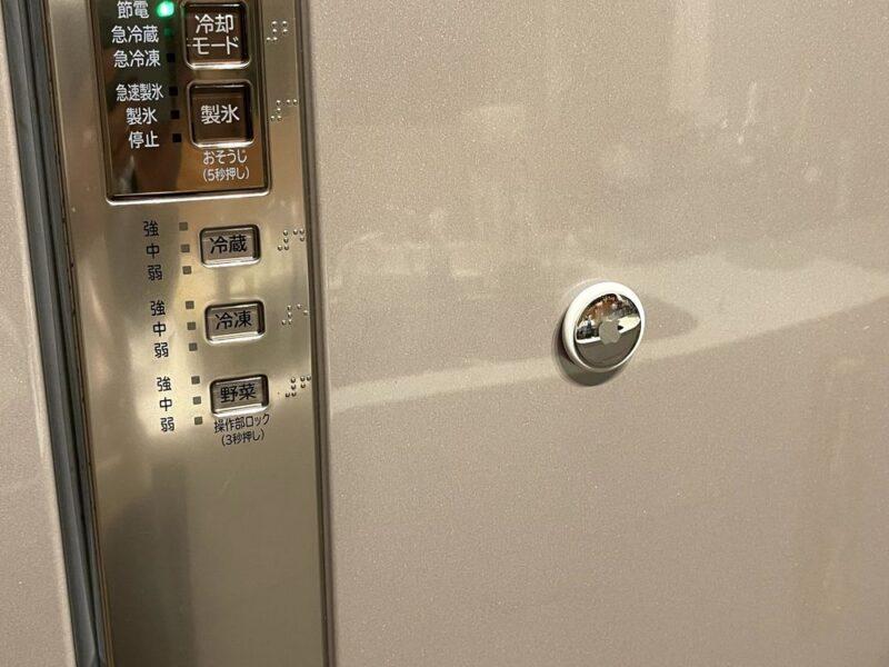 AirTag豆知識:背面は磁石付き!冷蔵庫にもくっ付くよ。財布に入れるときはキャッシュカードやクレカとの接触に注意が必要かも。